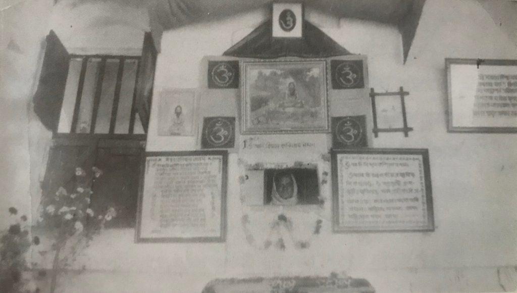 Acharya Swami Hariharananda Aranya delivering a sermon